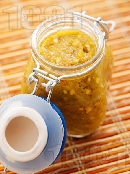 Зимнина лютивка (консерва) с печени зелени люти чушки, оцет, захар и чесън в буркан - снимка на рецептата